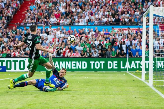 Van Persie ghi bàn nâng tỉ số lên 2-0 cho Feyenoord Rotterdam