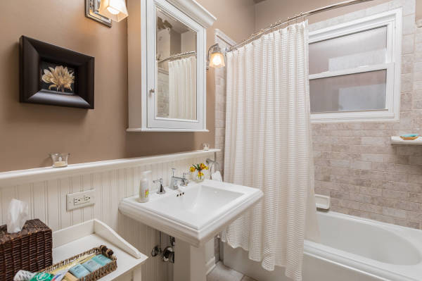 Bathroom 1st Floor Guest Suite Roscoe Village Inn Vacation Rental in Chicago