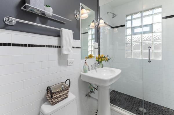 Bathroom 3rd Floor Guest Suite Roscoe Village Inn Vacation Rental in Chicago