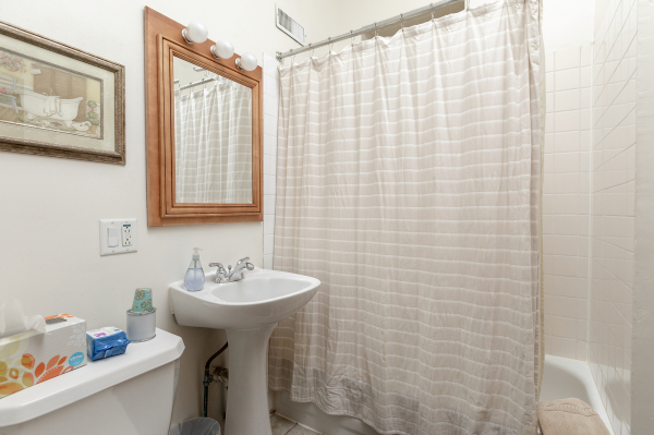Bathroom of the 1st floor Wrigley Flats Vacation Rental in Chica