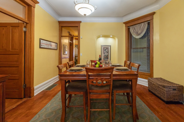 Dining Room of the 1st floor Wrigley Flats Vacation Rental in Chicago
