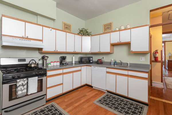 Kitchen of the 1st floor Wrigley Flats Vacation Rental in Chica