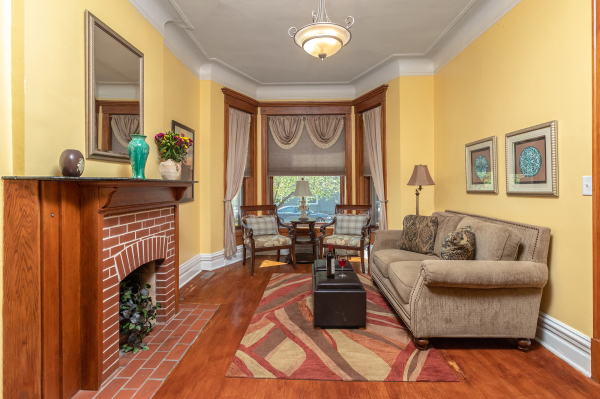Living Room of the 1st floor Wrigley Flats Vacation Rental in Chicago