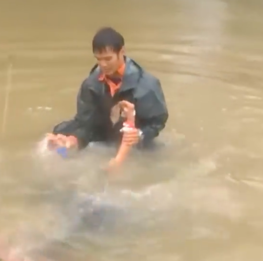 Hero by Heart! A man saves lady on a sinking car