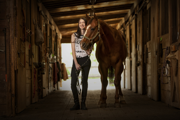 horse barn senior portrait session