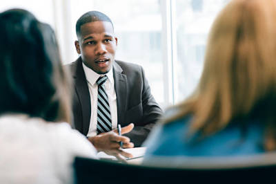 Factors to Look into When Employing a Business Lawyer