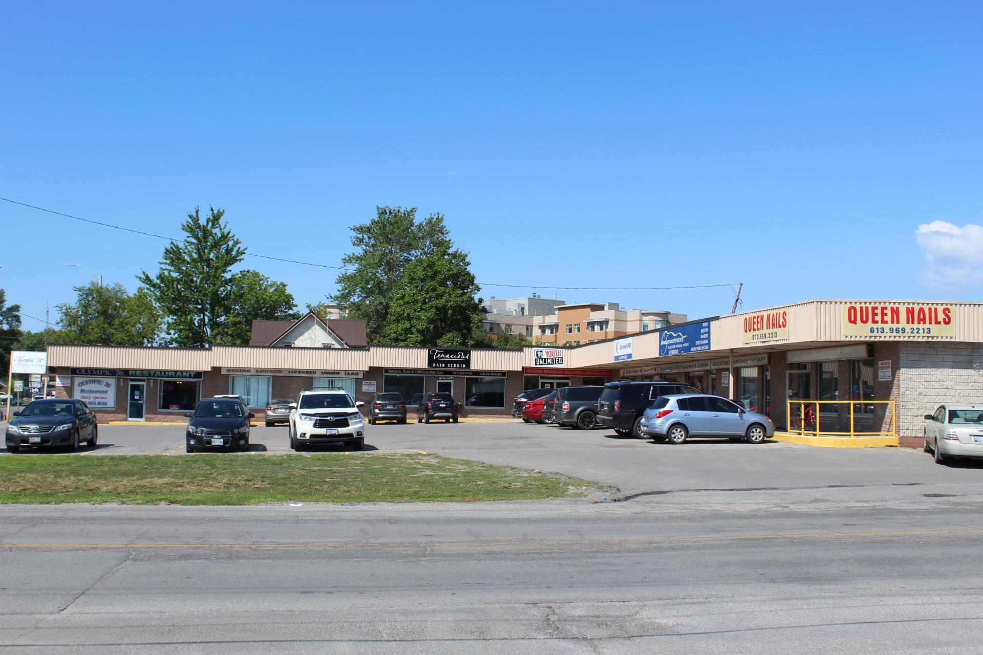 Belleville Plaza - 444 Dundas Street West