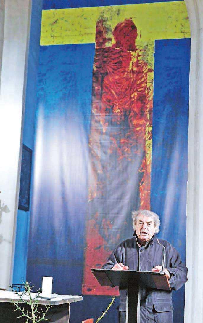 Der Priester Polde Zunder vor dem Fastentuch der Pfarrkirche des hl. Mihael in Bad Eisenkappel/Železna Kapla, gemalt vom bekannten Künstler  Valentin Oman.