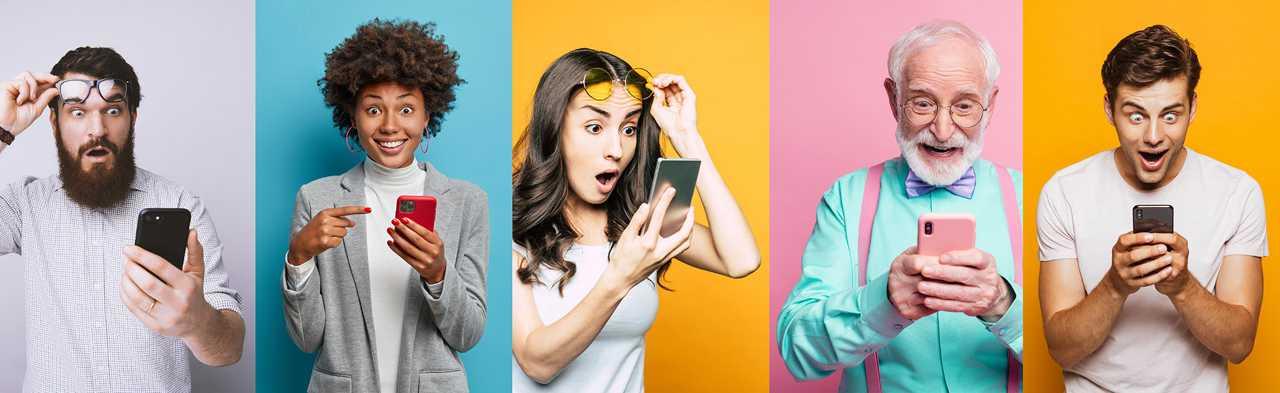 Eine Gruppe glücklicher Konsumenten, die auf ihren mobilen Gutschein blickt