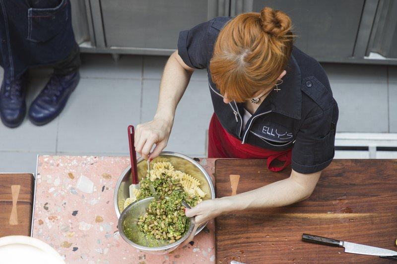 Elizabeth Fraser mezclando ensalada fusilli en Elly's
