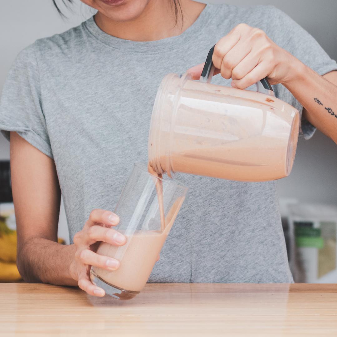 Receta rápida de smoothie energizante con maca y cacao