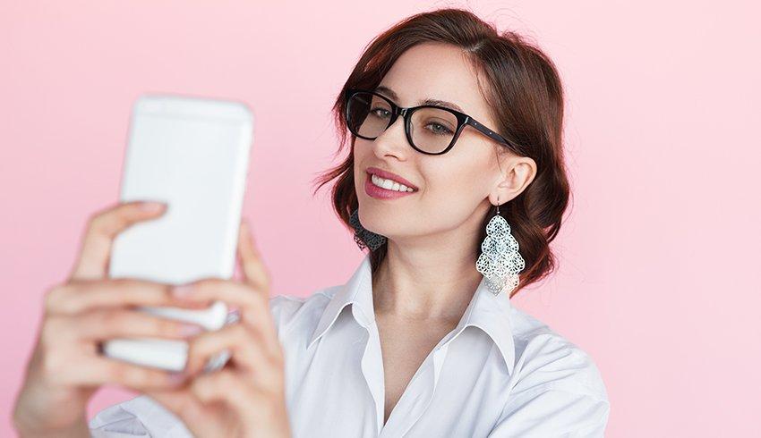 selfie çeken gözlüklü kız