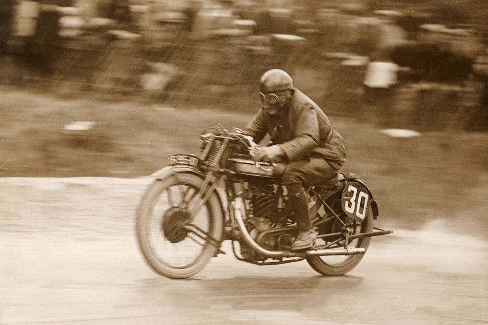 Fotografie Un motard sur une Norton -  ADOC PHOTOS - Bildermalerei
