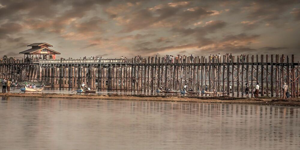 Photographie THE LAST SUNSET FROM U-PAIN BRIDGE MANDALAY - ARTHUR FARACHE SAUVEGRAIN - Tableau photo