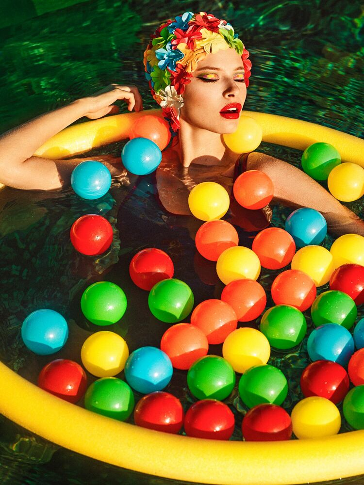 Photographie A DREAMER IN THE SWIMMING POOL - ELENA IV-SKAYA - Tableau photo