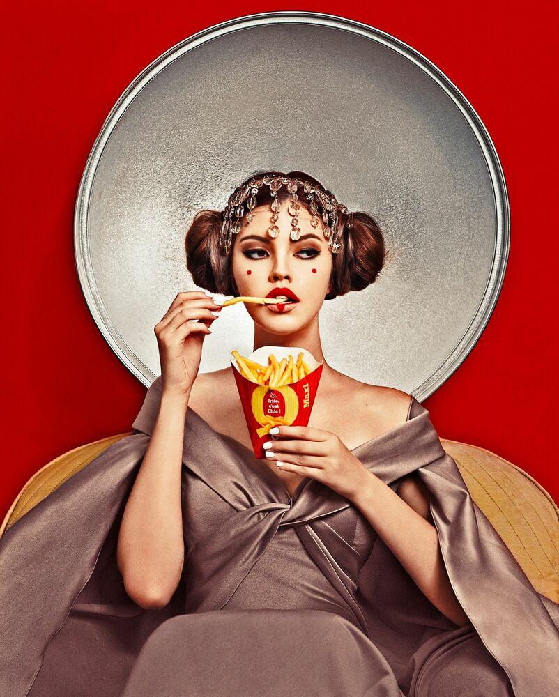 Fotografie THE PRINCESS LOVES FRENCH FRIES - ELENA IV-SKAYA - Bildermalerei