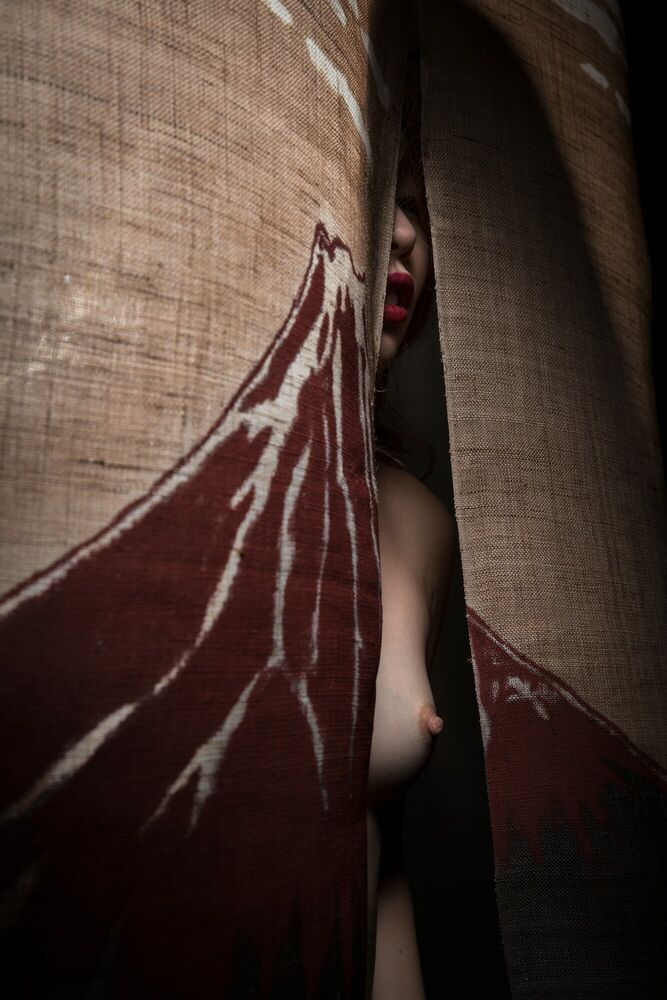 Photographie OF ALL THE SAKE JOINTS SHE WALKS INTO MY WORLD -  FORMENTO+FORMENTO - Tableau photo
