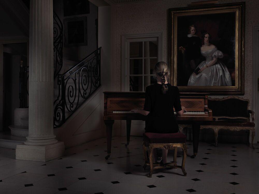 Fotografie WOMAN AT THE PIANO - GUILLAUME DUTREIX - Bildermalerei