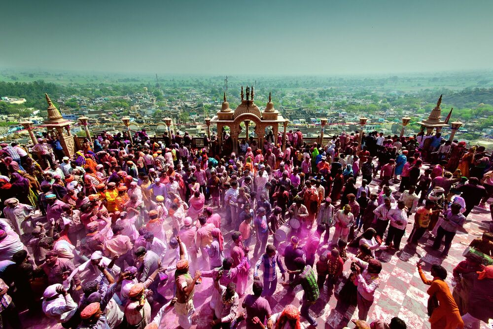 Fotografia Holi at the Courtyard - JAGJIT SINGH - Pittura di immagini