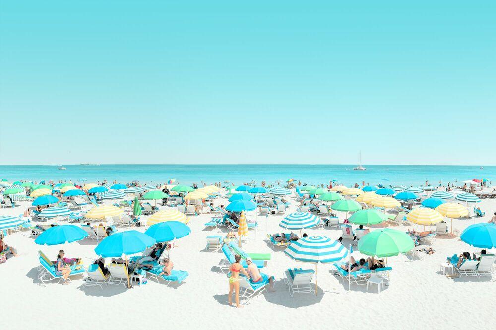 Fotografia UMBRELLA BEACH - JORGE DE LA TORRIENTE - Pittura di immagini