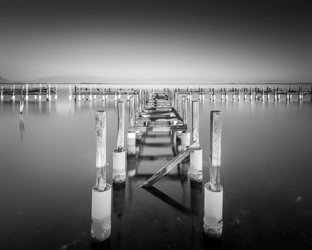 Fotografia Abandoned pier - PYGMALION KARATZAS - Pittura di immagini