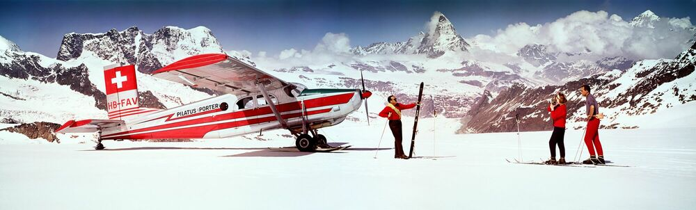 Fotografia ALPS SKIERS WITH AIRPLANE 1964 - KODAK COLORAMA DISPLAY COLLECTION - NEIL MONTANUS - Pittura di immagini