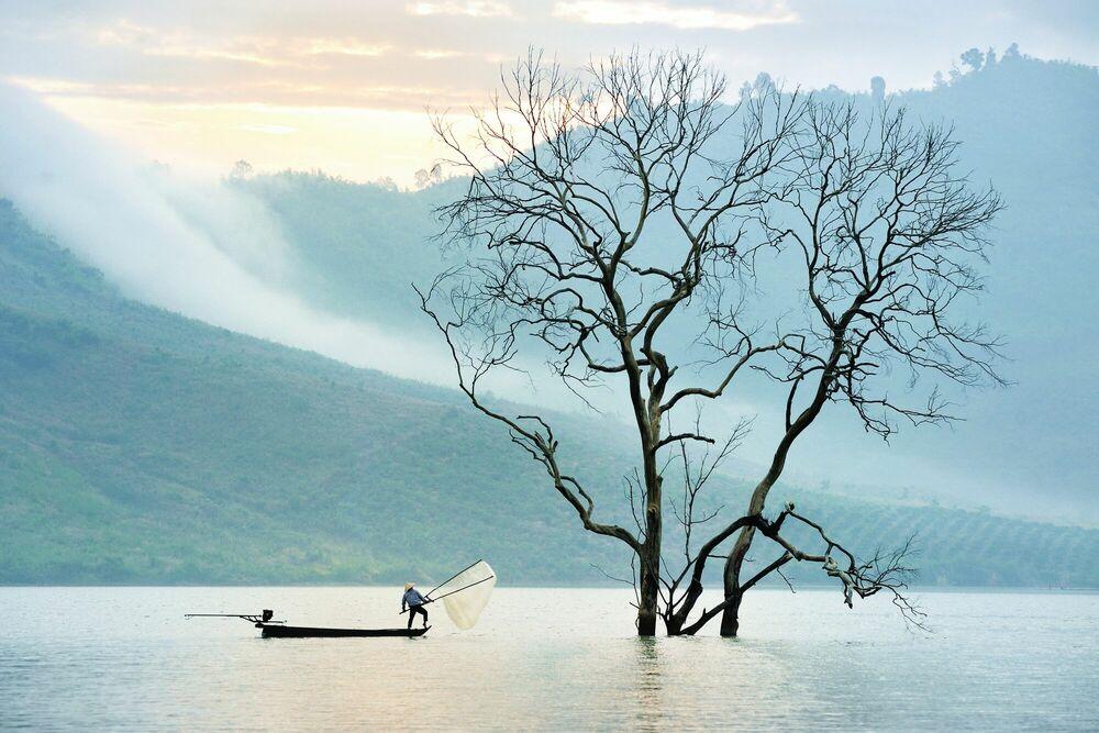 Fotografie Fishing on nam ka lake - LY HOANG  LONG - Bildermalerei