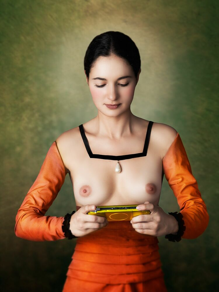 Photographie YOUNG WOMAN PLAYING - MARIANO VARGAS - Tableau photo