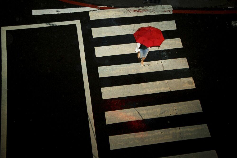 Fotografie La fille au parapluie rouge - MATTHIEU CASIMIRI - Bildermalerei