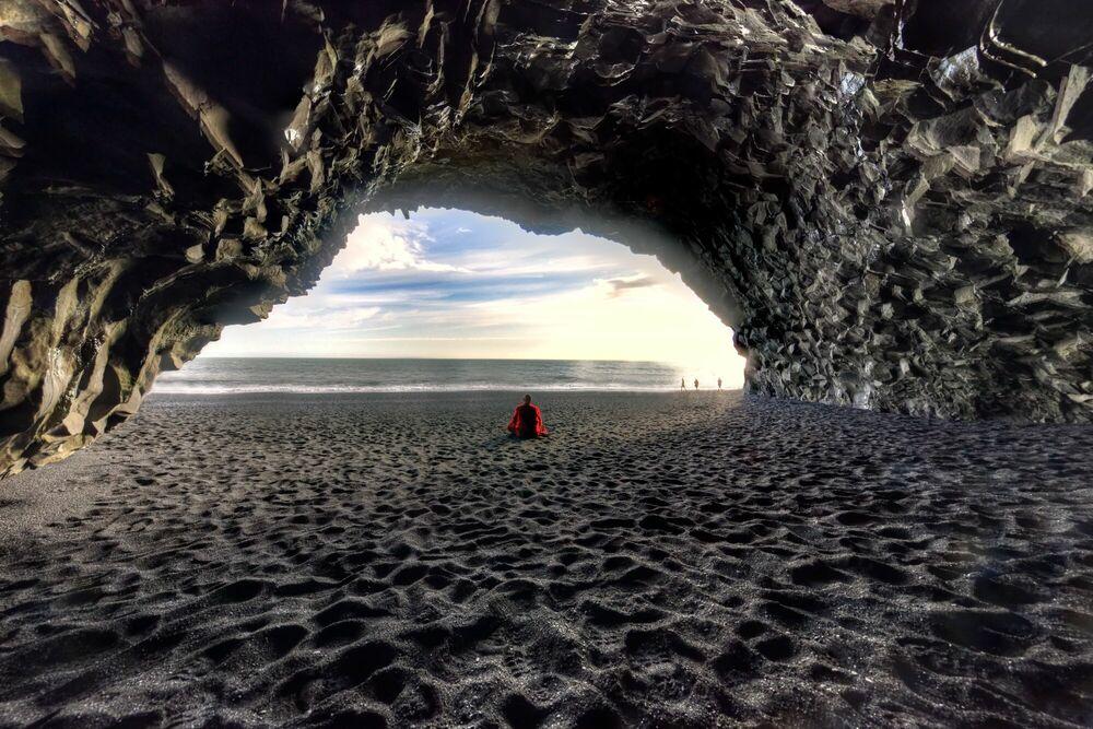 Fotografia GROTTE BASALTIQUE PLAGE DE REYNISFJARA ISLANDE - MATTHIEU RICARD - Pittura di immagini
