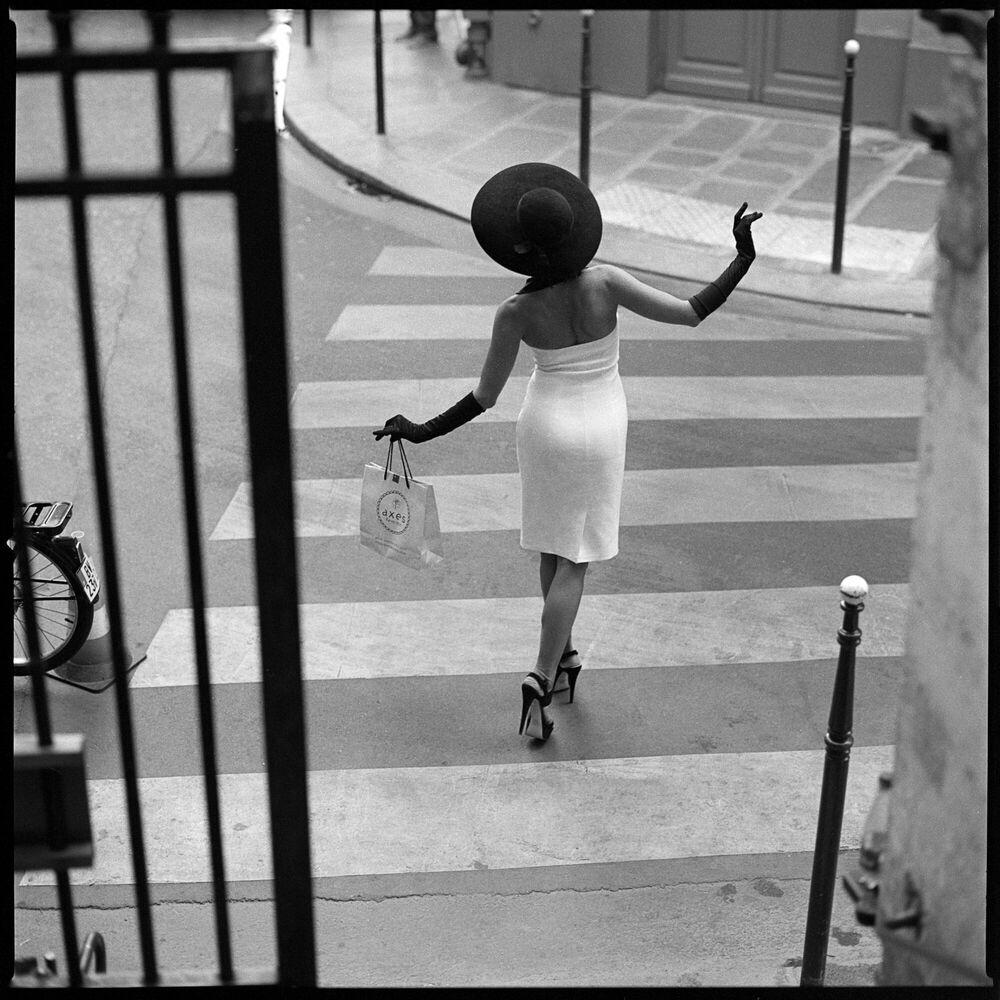 Fotografie PARISIENNE ON THE CROSSING - RADOSLAW PUJAN - Bildermalerei