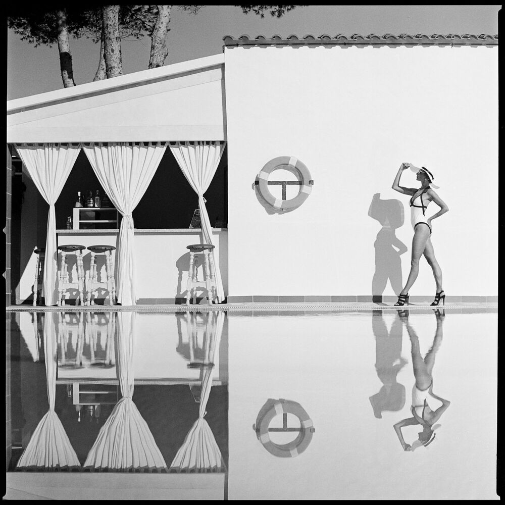 Photographie WOMAN AT THE POOL - RADOSLAW PUJAN - Tableau photo