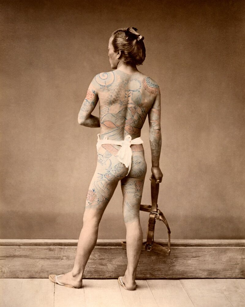 Photographie HOMME TATOUÉ, VERS 1875 - RAIMUND VON STILLFRIED BARON - Tableau photo