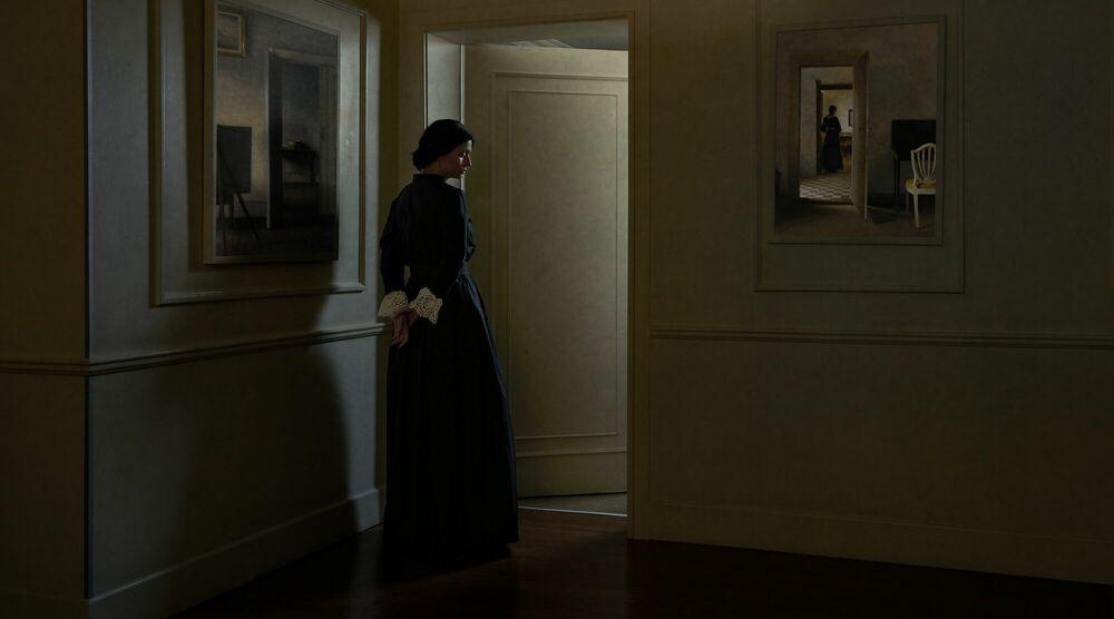Fotografie WOMAN STANDING IN A DOORWAY - SANTIAGO CORNEJO - Bildermalerei
