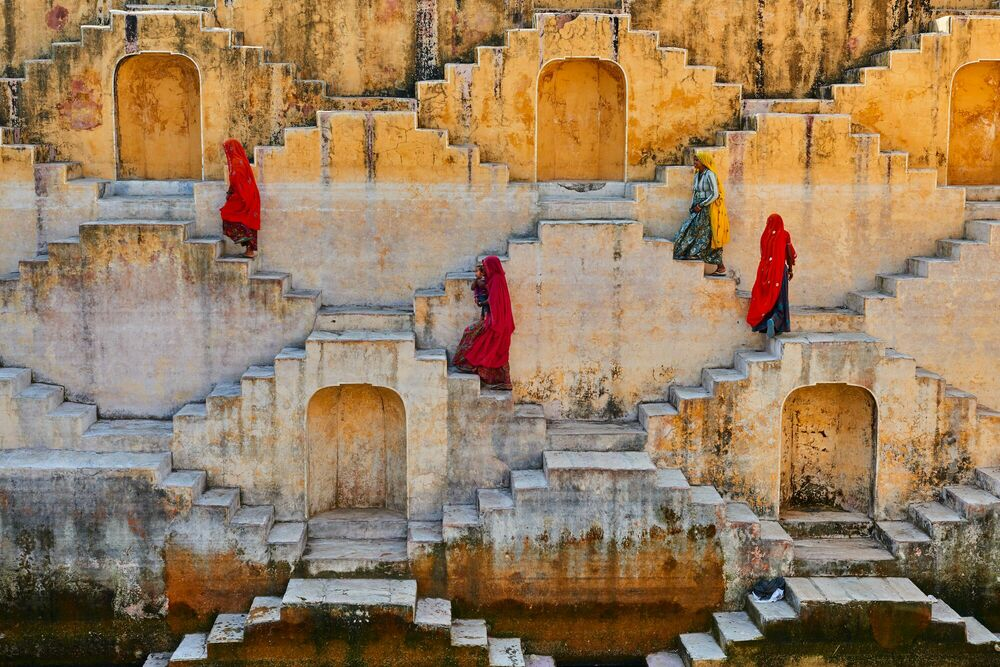 Fotografia WOMEN IN THE STAIRS 5 - TUUL ET BRUNO MORANDI - Pittura di immagini