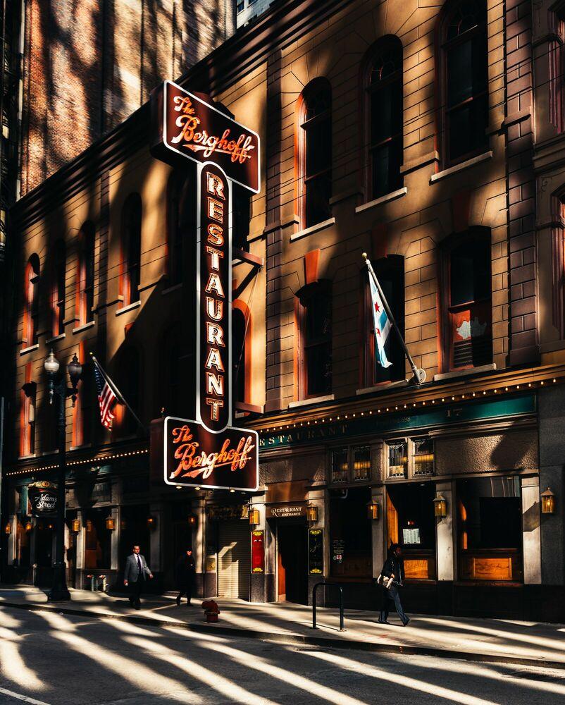 Fotografía LIGHT AND SHADOW THE BERGHOFF CHICAGO - VUTHEARA KHAM - Cuadro de pintura