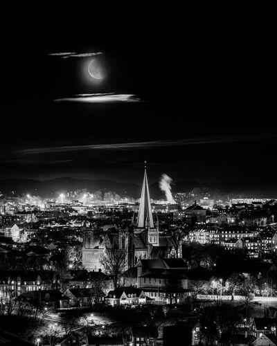 Trondheim Night with the Moon on Nidarosdomen - AZIZ NASUTI - Fotografie