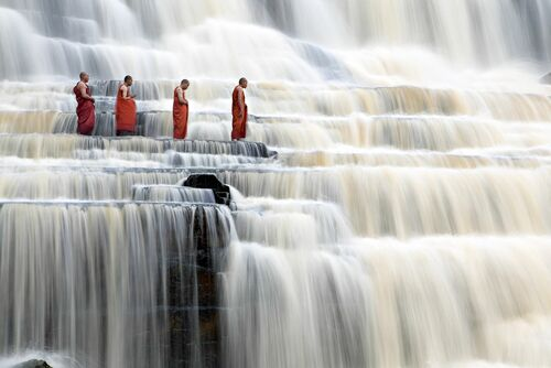 Monks in Waterfalls - DANG NGO - Kunstfoto