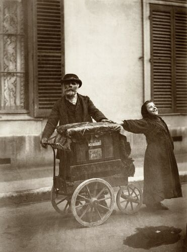 JOUEUR D'ORGUE À PARIS, 1898 - EUGENE ATGET - Photograph