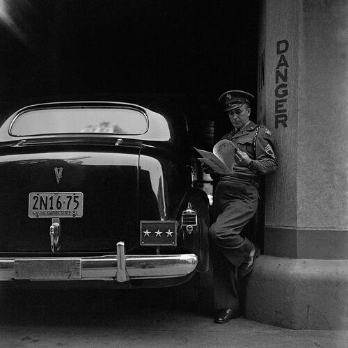 ATTENDANT LE DÉFILÉ MACARTHUR, NEW YORK, 1951 - JACK NISBERG - Fotografie