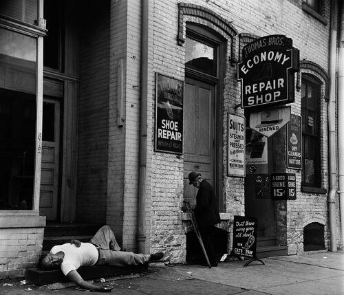 SCÈNE DE RUE DANS LE BOWERY, NEW YORK, 1952 - JACK NISBERG - Fotografie