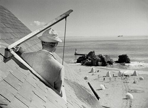 M. Hulot sous les toits de l'hôtel de la plage - JACQUES TATI - Photograph