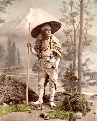 PÈLERIN SE RENDANT AU MONT FUJI, VERS 1885 - KUSAKABE KIMBEI - Fotografie
