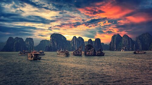 HALONG BAY IN NORTH VIETNAM - MANJIK PICTURES - Kunstfoto