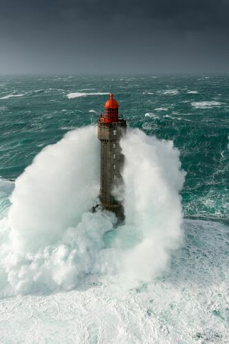 VAGUE A L ASSAUT DU PHARE DE LA JUMENT ISOLE AU MILIEU DE L OCEAN