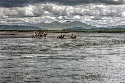 CAVALIERS TIBETAINS TRAVERSANT LE MEKONG