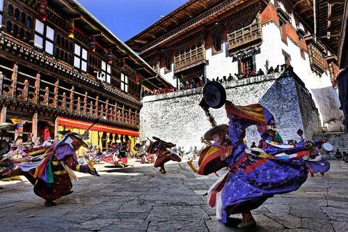 DANSEURS À LA COIFFE NOIRE, BHOUTAN - MATTHIEU RICARD - Kunstfoto