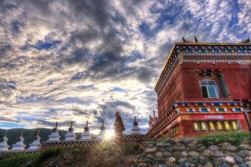 Moine Tibétain devant les Stoupas