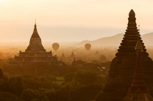 BALLOONS IN BAGAN - PHILIP LEE HARVEY - Kunstfoto