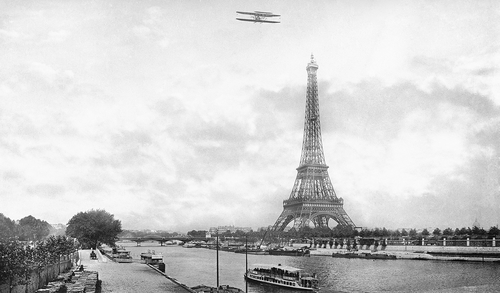 AVION SURVOLANT LA SEINE, XXEME SIÈCLE -  ROGER-VIOLLET COLLECTION - Photograph